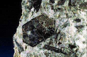 Biotita.   Cantera de Los Arenales, Torás, Castellón, Comunidad Valenciana, España.  Cristal de 1 cm. (Autor: Adrian Pesudo)