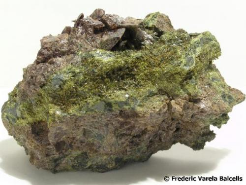 Axinita-(Fe) con epidota. Desembocadura del Barranc des Collades, Casterner de les Olles, Tremp, Pallars Jussà (Lleida)  12 x 9 x 4 cm. (Autor: Frederic Varela)