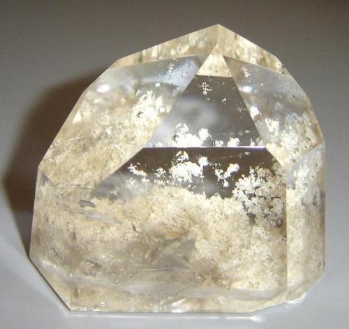Cuarzo (6 x 4 x 4 cm) con inclusiones con una una romboédrica. Origen quizá Diamantina, MG, Brasil. (Autor: Anisio Claudio)