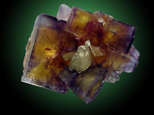 Para terminar con esta serie una fluorita con calcita yanqui, de la famosa mina Minerva Nº 1. Arista del cubo 5 cm. Fotografía: J.R. García (Autor: JRG)