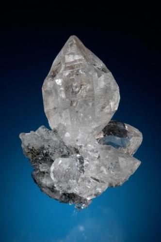 Excelente agrupacion de cristales de cuarzo implantados sobre una matriz de pequeños cristales de fluorita transparente, procedente de la mina Emilio.Altura de la muestra 12 cm. Foto: Jeff Scovil (Autor: JRG)