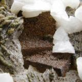 Fluorita recubierta de Esfalerita, Dolomita y Barita cubierta de Pirita. Mina Moscona. Solis. Asturias. Tamaño de la pieza 8x5 cm. (Autor: Jose Luis Otero)