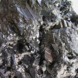 Freieslebenita c/cuarzo, Tetraedrita, Galena y Pirargirita. Hiendelaencina, Guadalajara, Castilla La Mancha, España. Detalle, cristales hasta 1,2 cm. Col. y foto Nacho Gaspar. (Autor: Nacho)