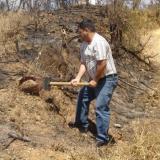 Aquí estoy rompiendo una costra ferruginosa (20kg). Morro das Balas, Formiga-MG, Brasil (Autor: Anisio Claudio)