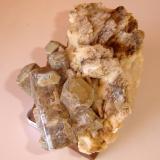 Cristales hexagonales de apatito (identificados hoy con un buen grado de precisión) en albita (?). Tamaño total de la muestra- 12 cm. Origen desconocida (Autor: Anisio Claudio)