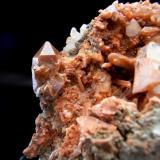 CUARZO HEMATOIDE (jacinto) con cristales de yeso. Paraje de Cueva del Chato-Chella-Valencia. Pieza de 8,8x5cm con cavidad de 4,5cm. Cristal 2,3cm. (Autor: DAni)