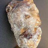 Brea (15 x 11 cm). Es un tipo de resina de árbol que se encuentra en los suelos en el Cerrado. (Autor: Anisio Claudio)