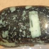 Metadiabasa blastoporfirítico pulido (4 cm). Mina Santa, Formiga, MG, Brasil. (Autor: Anisio Claudio)