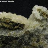 Chabasita-Ca.  Sarroca de Bellera, Pallars Jussà, Lleida, Catalunya, España. Encuadre 4 x 3 cm. Vista posterior de la misma pieza. (Autor: Frederic Varela)