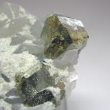 3654-Pirita y calcita, mina Barroca Grande, minas de Panasqueira, Fundao, Portugal, detalle. (Autor: Edelmin)