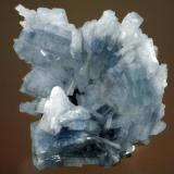 Hermoso grupo de cristales de barita azul en la zona central y blanca en la mas externa, biterminado de dimensiones 8 x 6 cm. Foto: J.R. García (Autor: JRG)