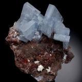 Cristales de barita azul de 5,5 cm de altura sobre una matriz de caliza silicificada roja por los óxidos de hierro con pequeños cristales de dolomita. Foto: Jeff Scovil (Autor: JRG)