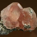 Ejemplar de fluorita rosada sobre pirita de la mina de Huanzalá en Perú. Los cristales octaédricos tienen 3 cm de arista. Fotografía: J. R. García (Autor: JRG)