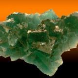 Excepcional ejemplar de fluorita verde que presenta un dicroismo similar al de las piezas verdes de la mina Heights en Cumberland, variando su color de verde a verde-azulado al exponerse a la luz natural. La pieza mide 16 x 12 cm. Fotografía: J. R. García (Autor: JRG)