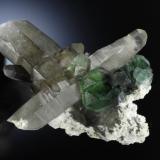 Asociación clásica de los montes Erongo. Fluorita verde cubooctaédrica sobre cuarzo ahumado y feldespato. Dimensiones de la pieza 10 x 11 cm. Fotografía: Jeff Scovil (Autor: JRG)