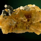 Ejemplar de fluorita de la mina del Hamman, con cubos de 6 cm de arista. La pieza mide 16,5 x 11 cm. Fotografía: J. R. García (Autor: JRG)