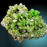 """La última foto de la serie es una piromorfita de la mina """"Daoping"""". Los cristales de hermoso color verde tienen hasta 1,3 cm de largo. Dimensiones de la pieza 11 x 8 cm. Fotografía: J. R. García (Autor: JRG)"""