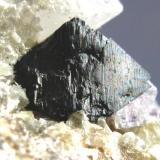 Detalle de la pieza anterior. Cristal de Arsenopirita en la parte posterior de 12 mm. (Autor: Jose Luis Otero)