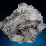 Grupo de cristales de cuarzo sobre cubos de fluorita con inclusiones de hidrocarburos procedente de la mina Emilio. Dimensiones del ejemplar 11 x 10 cm. Foto: Jeff Scovil (Autor: JRG)