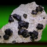 Grupo de cristales de casiterita procedente de la mina de Penouta en Viana do Bolo, provincia de  Orense. Dimensiones de la pieza 20 x 15 cm. Foto: J. R. García (Autor: JRG)