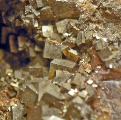 Geoda de cristales de pirita en granate (Autor: usoz)