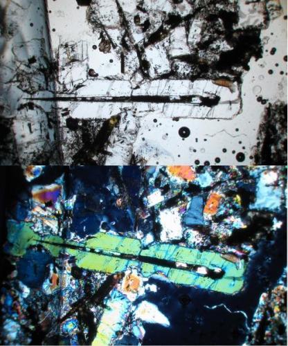 Hacia el centro de la foto (parte superior) se observa un alargado cristal de sanidina en cuya zona central se aloja un material obscuro con forma de aguja, esto tambien es evidente en la parte inferior de la foto (polarizadores cruzados), donde el cristal de sanidina resalta por su color verde claro. Da la impresión que la sanidina hubiese crecido sobre el mineral en forma de aguja (¿richterita?). (Autor: Vinoterapia)