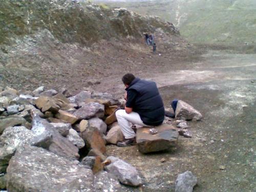 Vista general del lugar : Pepe picando basaltos y el resto buscando las geodas (Autor: Jose Bello)