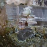 Cuarzo en un hueco de Acroita de Madagascar, aprox 2 mm (Autor: Pep Gorgas)
