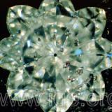 Curioso diamante analizado en nuestro laboratorio, tallado en estrella de ocho puntas y con varias inclusiones de granate cromo-piropo. Iluminación lateral por fibra óptica. 20X. (Autor: Egor Gavrilenko)