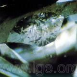 Un natural muy grande con trígonos en un diamante tallado. (Autor: Egor Gavrilenko)