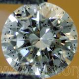 Un cristal de granate multiplicado en un diamante tallado. (Autor: Egor Gavrilenko)