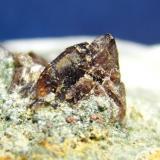 Axinita de la Cantera Juanona en Málaga. El cristal tiene 5 mm de ancho y 6 de alto aproximadamente (Autor: nimfiara)