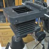 Ya tenemos  un sistema de fotografiar. Apoyamos una réflex sin objetivo sobre el agujero cuadrado (igual con un tubo de extensión para que haga de centraje) y el resto de la ampliadora hace de fuelle de macro. Arriba a la derecha se ve un pomo, que fija la ampliadora a la columna. Si se afloja, permite retirar la ampliadora y montar la cámara como en la foto que iniciaba el hilo, o cualquier otro montaje fotográfico. (Autor: soldevilla)