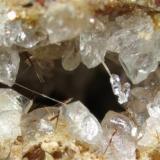 """Otro ejemplo de cristales """"flotantes"""" de calcita, en este caso creciendo sobre un mineral no identificado. Hacia el fondo se observan algunos cristales aciculares de warwickita. Campo visual aproximado 4,6 mm. Profundidad de campo mediante Combine ZP, 6 planos. (Autor: Vinoterapia)"""
