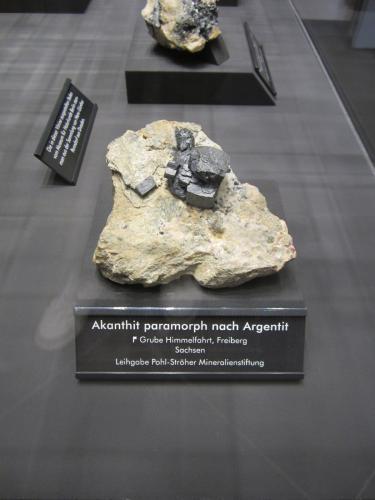 Acanthite paramorph after argentite<br />Mina Himmelfahrt, Freiberg, Distrito Freiberg, Erzgebirgskreis, Sajonia/Sachsen, Alemania<br />Specimen size ~ 9 cm<br /> (Author: Tobi)