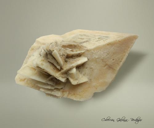Calcita pseudomorfica de Glauberita<br />Mina Camp Verde Salt, Camp Verde, Distrito Camp Verde, Condado Yavapai, Arizona, USA<br />85 x 51 x 60 mm.<br /> (Autor: Rafael Galiana)