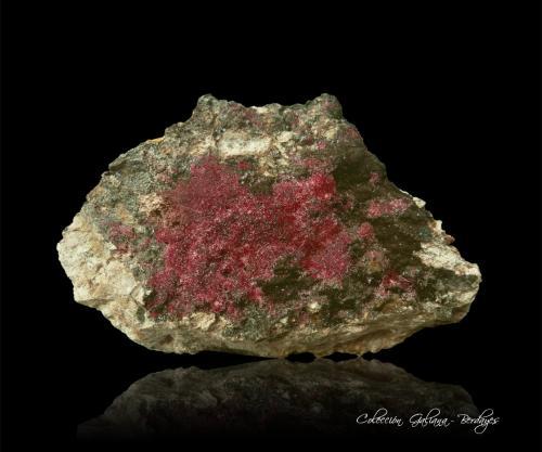 Cuprita (variedad calcotriquita)<br />Minas Ray, Zona Scott Mountain, Distrito Mineral Creek, Montes Dripping Spring, Condado Pinal, Arizona, USA<br />113 x 73 x 60 mm.<br /> (Autor: Rafael Galiana)