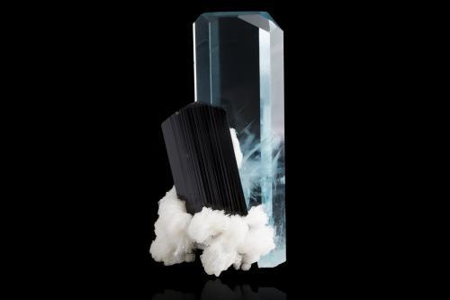 Beryl (variety aquamarine) with Schorl and Albite<br />Valle Shigar, Distrito Skardu, Baltistan, Gilgit-Baltistan (Áreas del Norte), Paquistán<br />4,0x3,5x7,5cm<br /> (Author: MIM Museum)