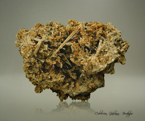 Albita (variedad andesina)<br />Cantera Portland Harbour Trust, Cabo Sir William Grant, Portland, Condado Glenelg, Victoria, Australia<br />83 x 84 x 72 mm.<br /> (Autor: Rafael Galiana)
