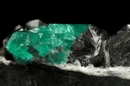 Beryl (variety emerald), Albite (variety cleavelandite), Dolomite<br />Chivor mining district, Municipio Chivor, Eastern Emerald Belt, Boyacá Department, Colombia<br />80x39x33mm, aggregate=35x16mm<br /> (Author: Fiebre Verde)