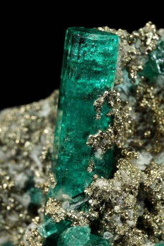 Beryl (variety emerald), Albite (variety cleavelandite), Pyrite<br />Chivor mining district, Palo Arañado Mine, Municipio Chivor, Eastern Emerald Belt, Boyacá Department, Colombia<br />38x35x18mm, largest xl=20mm<br /> (Author: Fiebre Verde)
