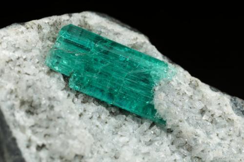 Beryl (variety emerald), Albite (variety cleavelandite)<br />Chivor mining district, Municipio Chivor, Eastern Emerald Belt, Boyacá Department, Colombia<br />35x32x20mm, xl=9mm<br /> (Author: Fiebre Verde)