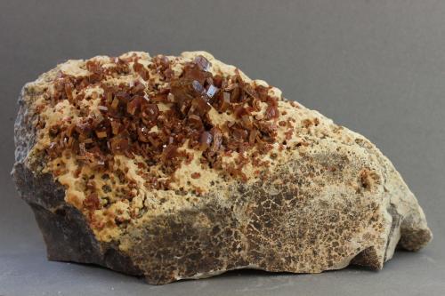 Vanadinita<br />Mibladen (Distrito minero Mibladen), Midelt, Provincia Midelt, Región Drâa-Tafilalet, Marruecos<br />120x55x45 mm<br /> (Autor: Juan Espino)