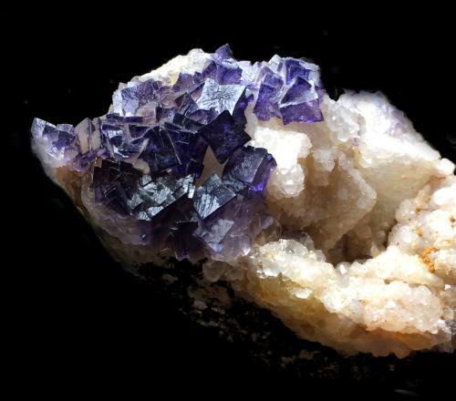 Fluorita<br />Zona minera de Berbes, Berbes, Ribadesella, Comarca Oriente, Asturias, Principado de Asturias, España<br />8x7cm<br /> (Autor: Obsi)