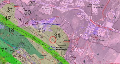 Mapa geológico de la zona (según IGME), sobre cartografía catastral (según Dirección General del Catastro), donde figuran los nombres de algunos parajes. Señalo con flecha azul la franja de cuarcitas armoricanas (algo desplazada con respecto a la cantera de cuarcita, posiblemente debido a la escala de confección de los mapas geológicos). Como fondo figura la OrtoFoto PNOA Extremadura 2005-2006 0,50 m © Junta de Extremadura-Instituto Geográfico Nacional (Autor: Inma)