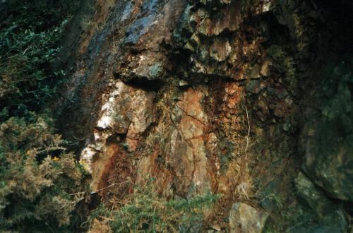 A 'crosscourse' vein<br />Cantera Penlee, Moushole, Municipio Penzance, Cornwall, Inglaterra, Reino Unido<br />a few metres width<br /> (Author: markbeckett)