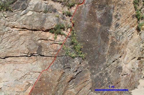Contacto entre el gneis porfiroblastico<br />Praia Xilloi, O Vicedo, Comarca da Mariña Occidental, Lugo, Galicia, España<br />Escala gráfica<br /> (Autor: Jesús López)