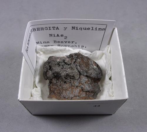 Rammelsbergita<br />Mina Beaver, Coleman, Zona Cobalt, Región Cobalt-Gowganda, Distrito Timiskaming, Ontario, Canadá<br />4,5 x 3,5 x 1,7 cm.<br /> (Autor: J. G. Alcolea)