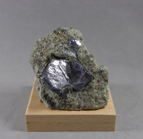 Molibdenita<br />Dayu, Prefectura Ganzhou, Provincia Jiangxi, China<br />6,6 x 5,2 x 2,5 cm.<br /> (Autor: J. G. Alcolea)