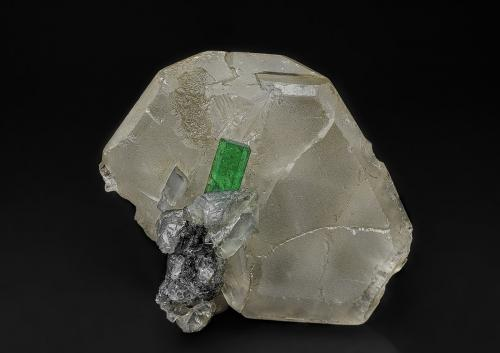 Beryl (variety emerald), Calcite<br />La Pita mining district, Cunas Mine, Municipio Maripí, Western Emerald Belt, Boyacá Department, Colombia<br />3.9 x 3.7 cm<br /> (Author: am mizunaka)